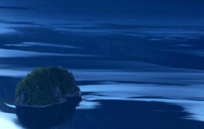 wps-1000-2356 tap 2540x4000 medziai derevija vanduo voda kalnai gory